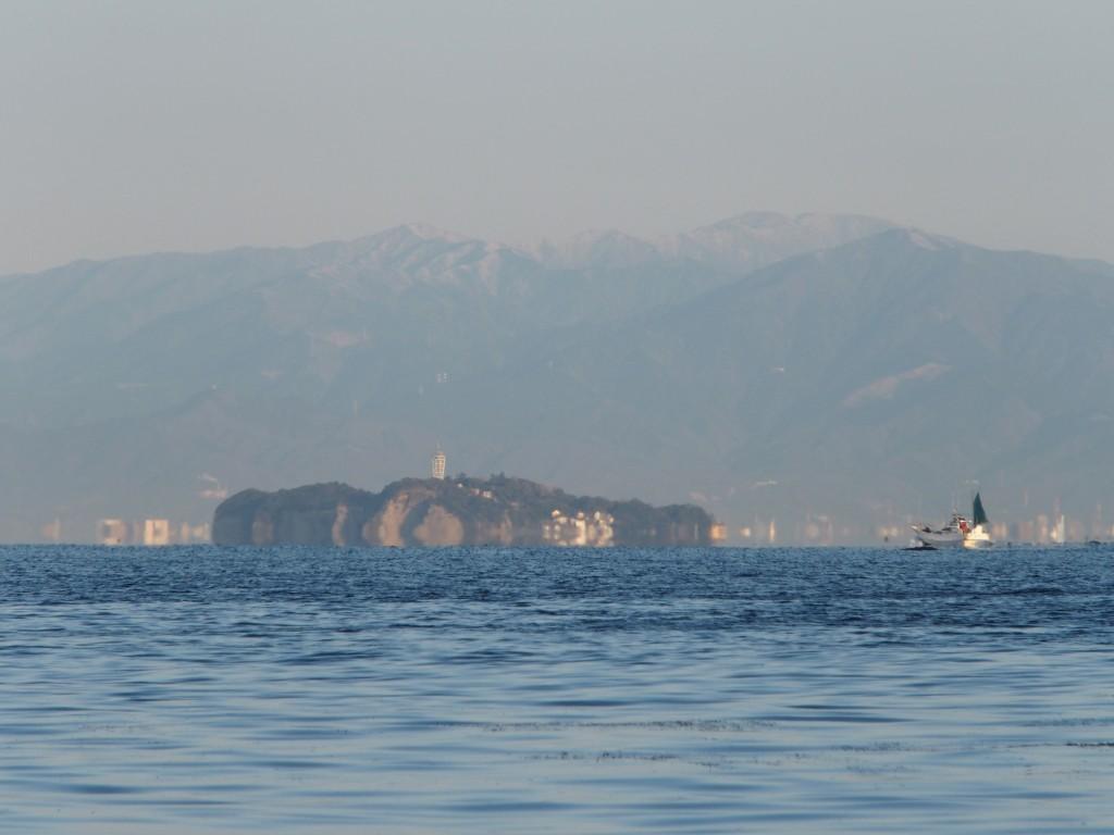 漁船が浮いている。