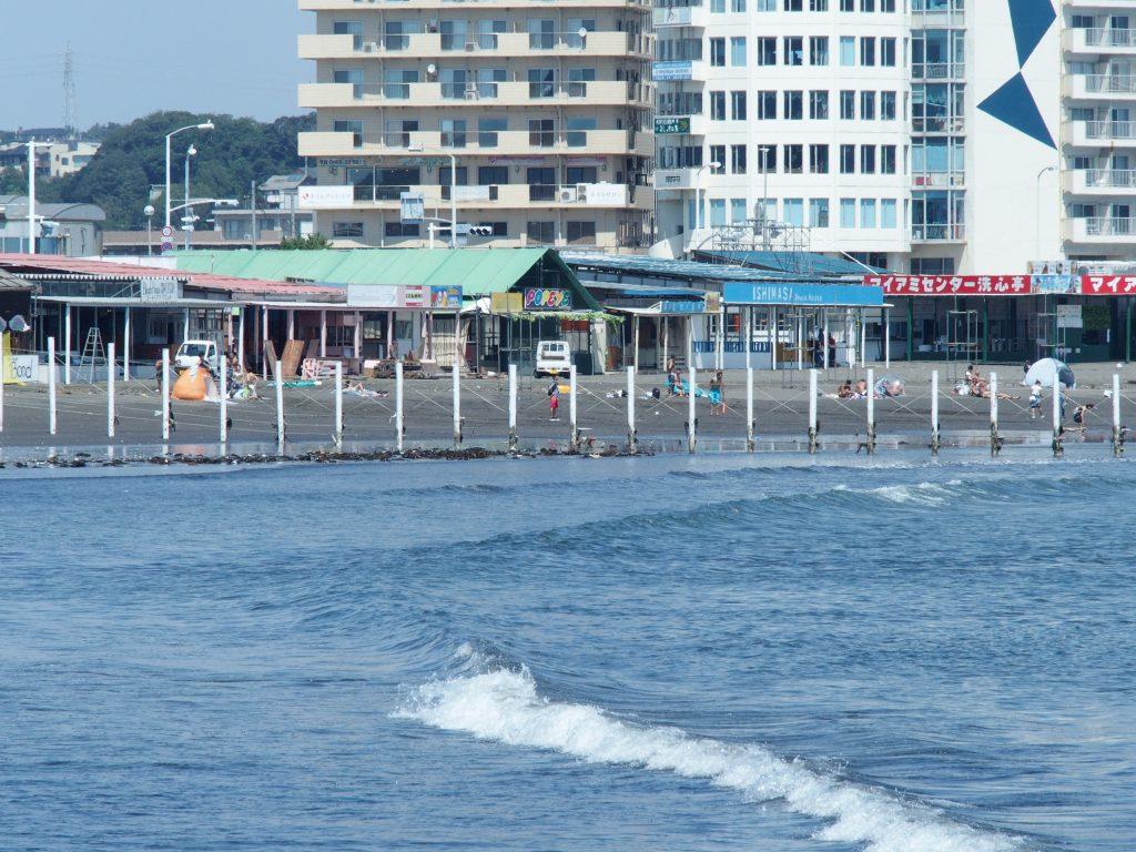 東浜に並ぶ海の家
