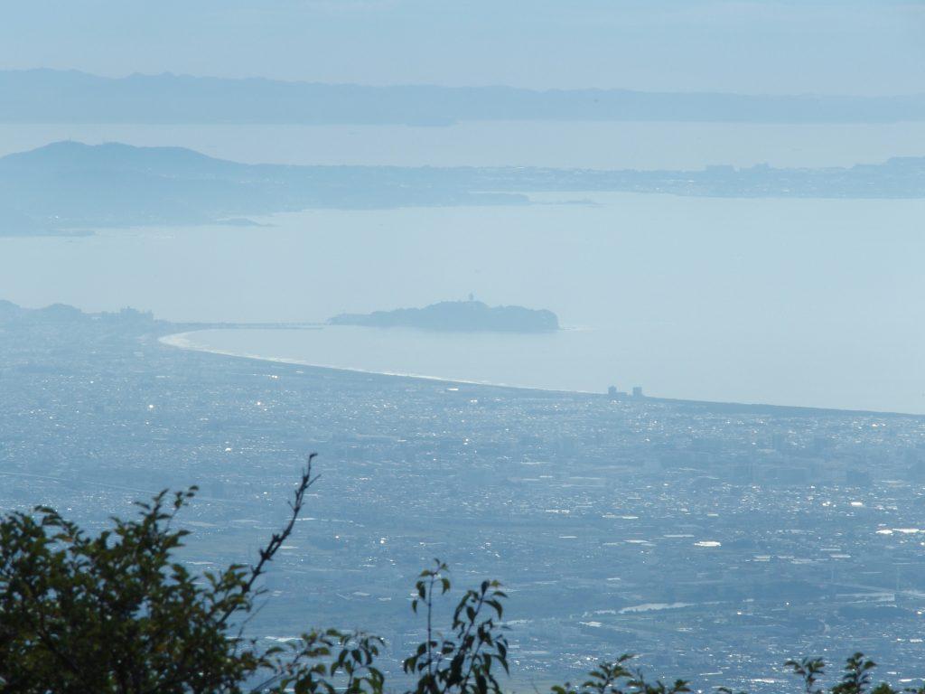 江の島、三浦半島、房総半島が折り重なるように展望できる