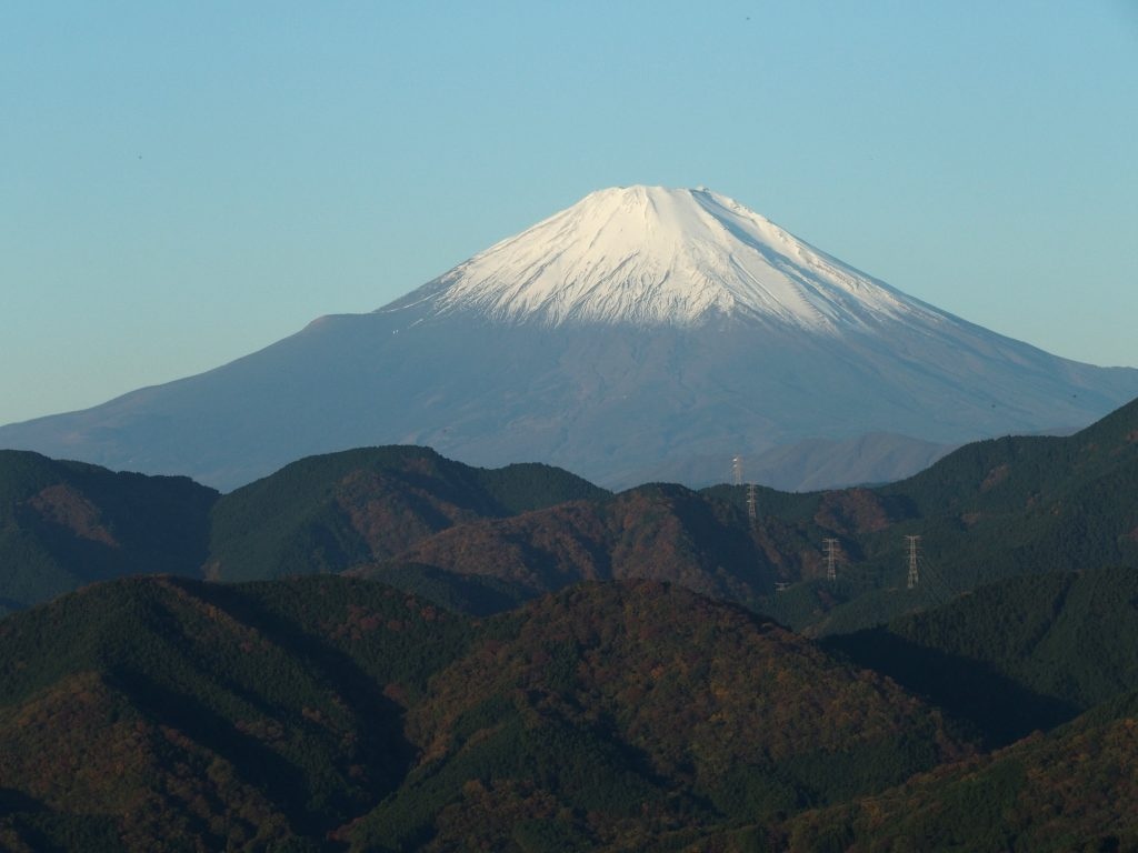 冠雪が進んだ富士山の眺めは良好