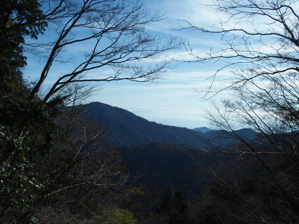 大山の稜線の向こうに、相模湾が広がる