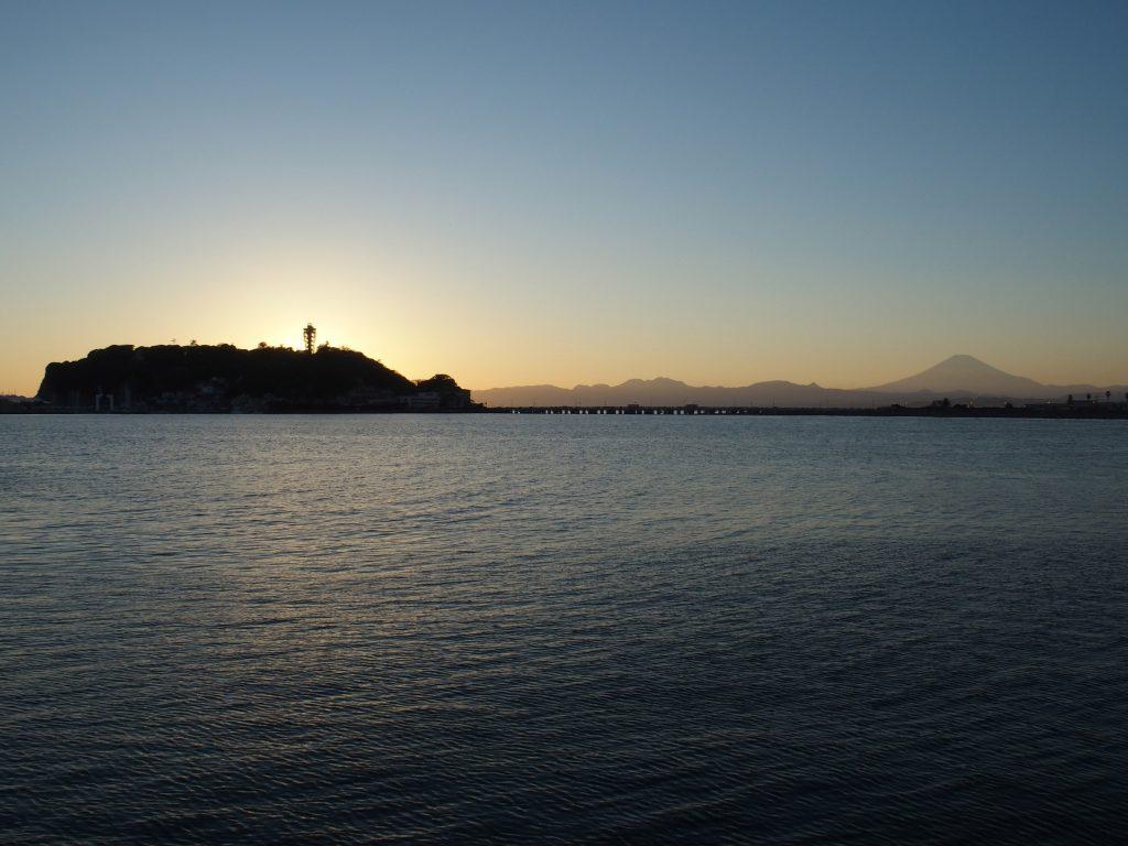 太陽は江の島の陰に隠れた