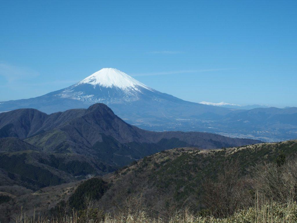 快晴の富士山の方向を見る
