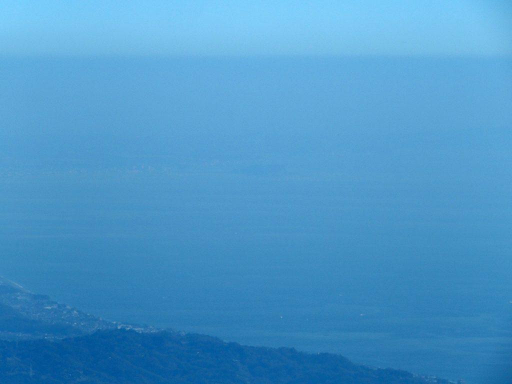 山頂直前から江の島を見る