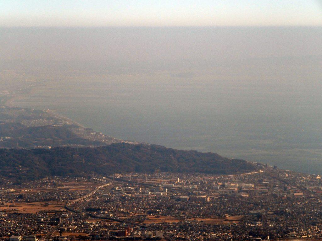 写真を補正して江の島を見えやすくした