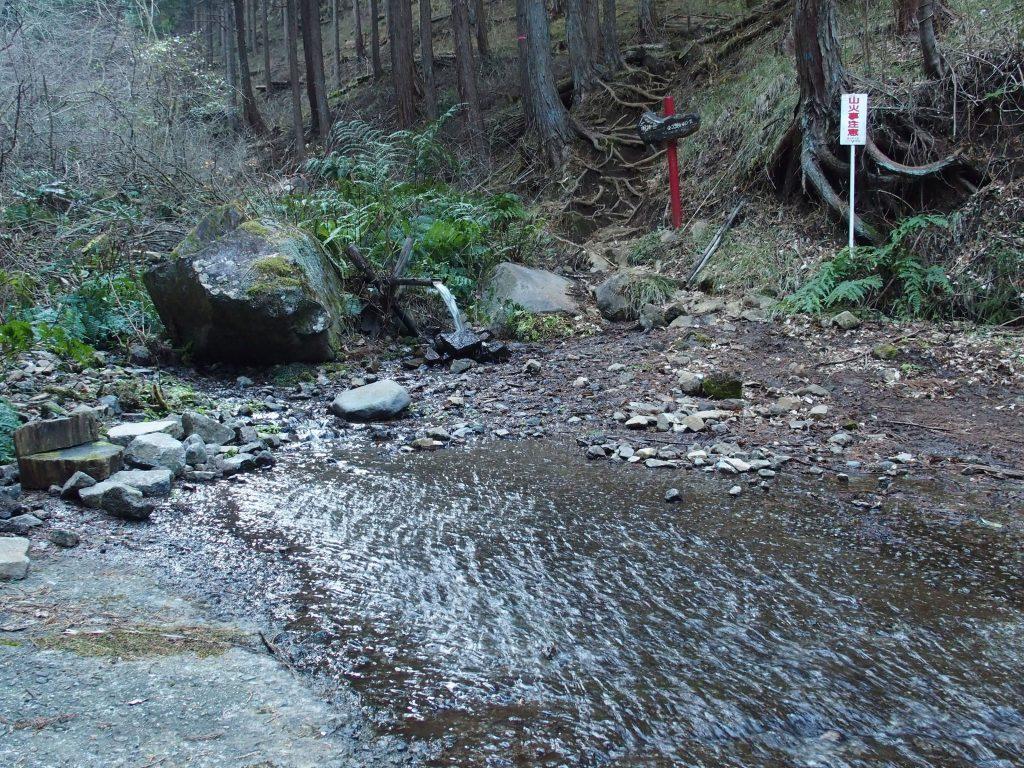 登山口は洗い越しになっている