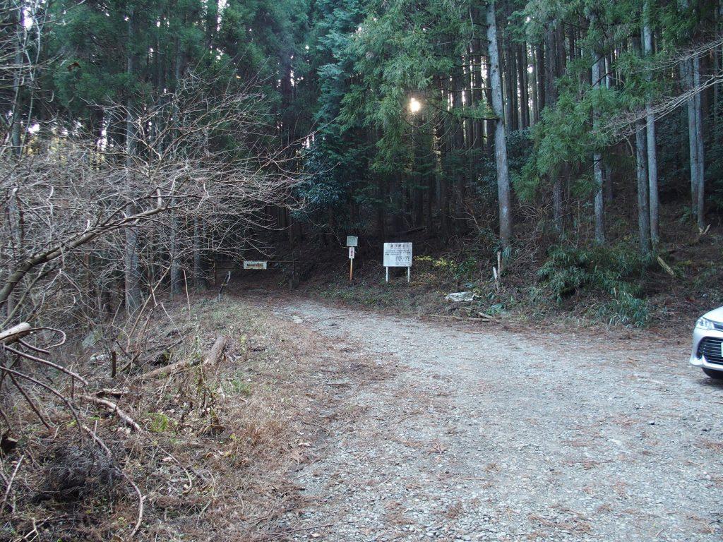 林道ゲート前に駐車可能