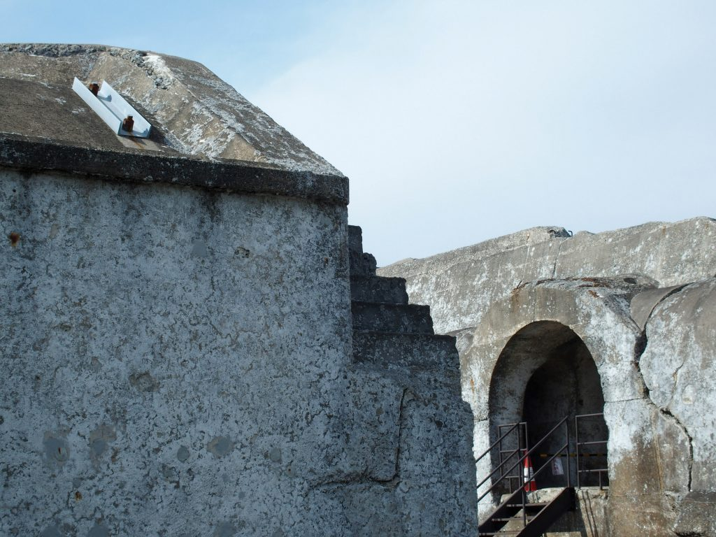 砲台砲測庫と探照灯