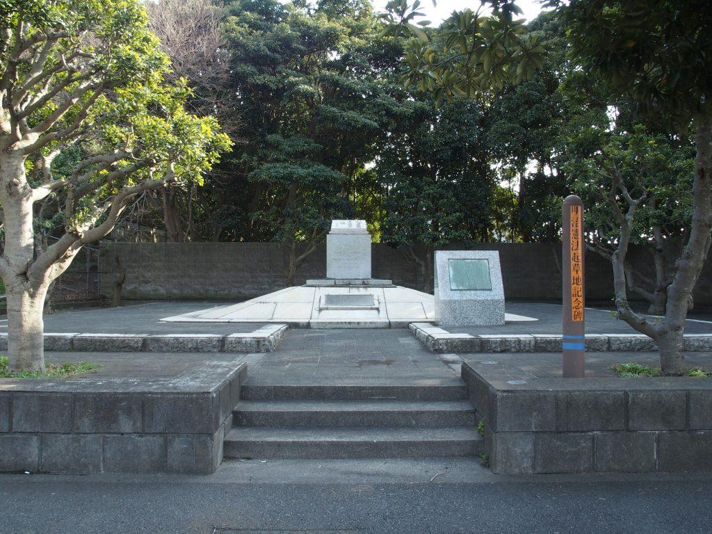 記念碑の周辺