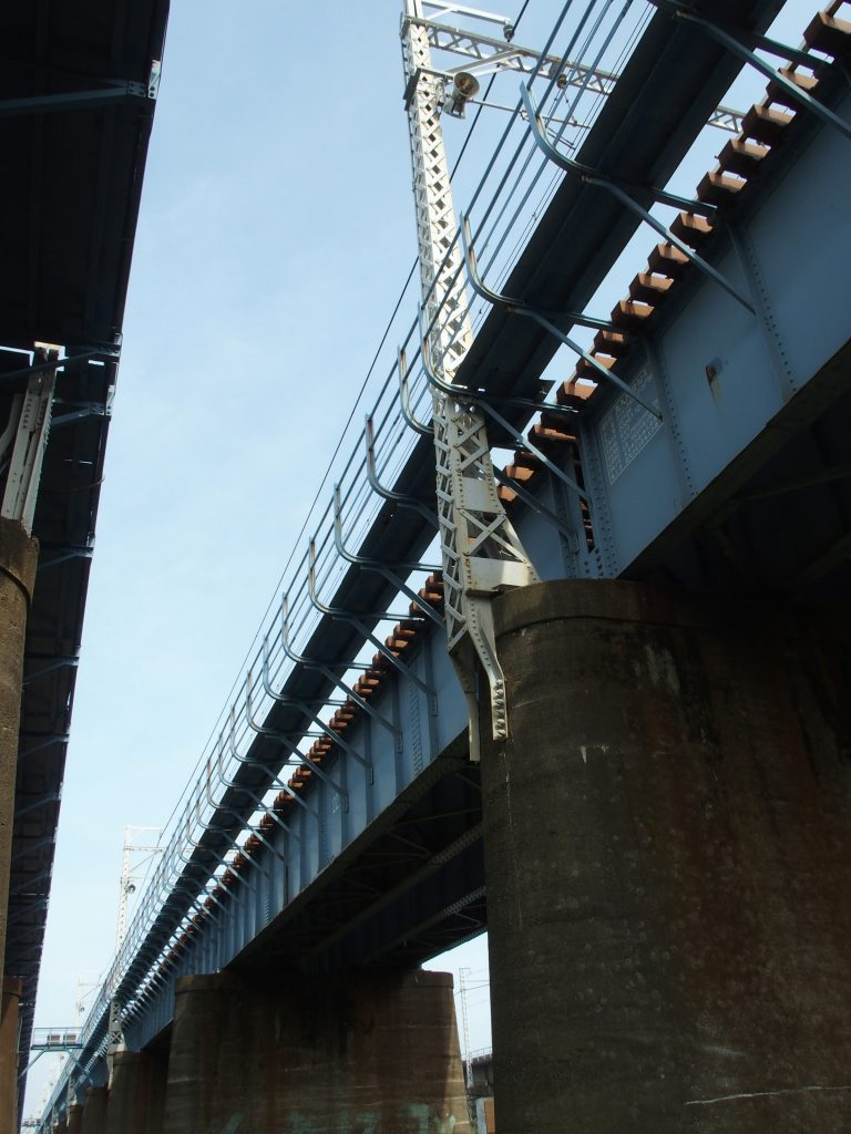 橋台に設置された架線柱