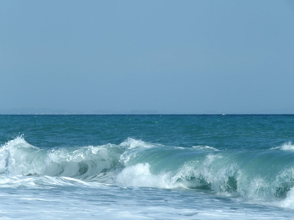 江ノ島も見える国府津海岸