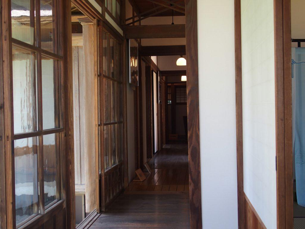 客間から居間への廊下
