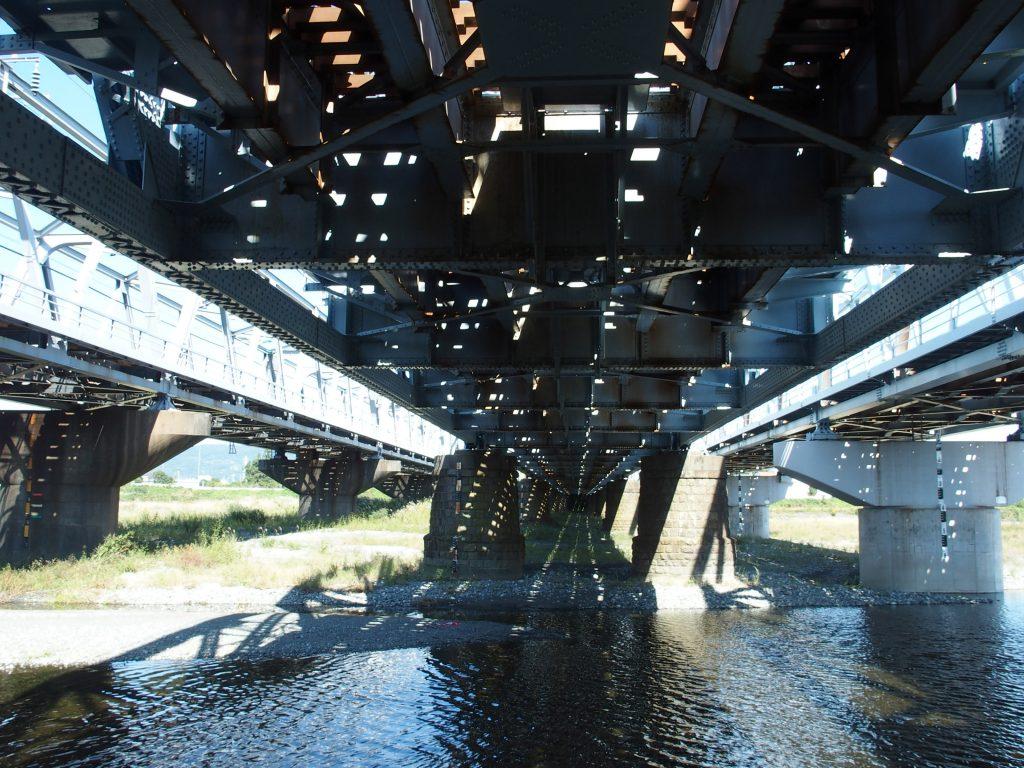 貨物線の橋桁直下