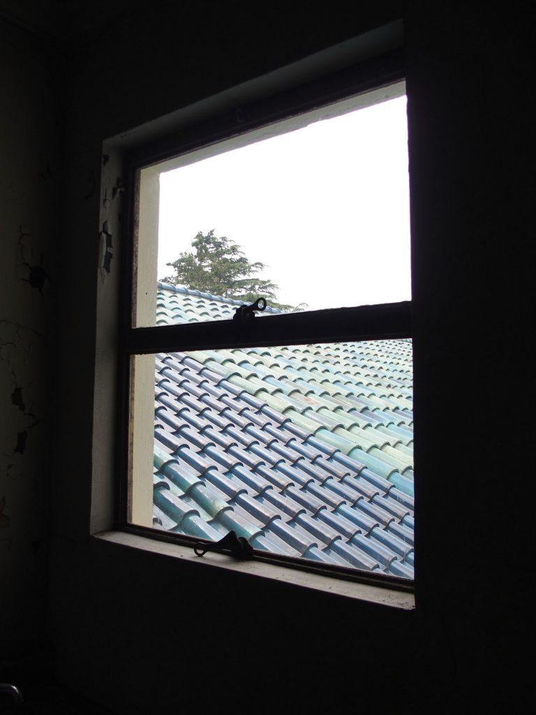 こんな窓から、外を眺めていた