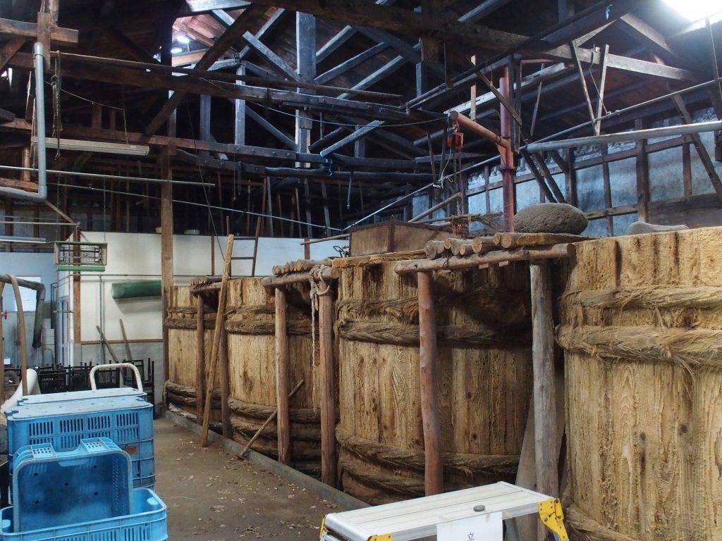 巨大な樽が並ぶ