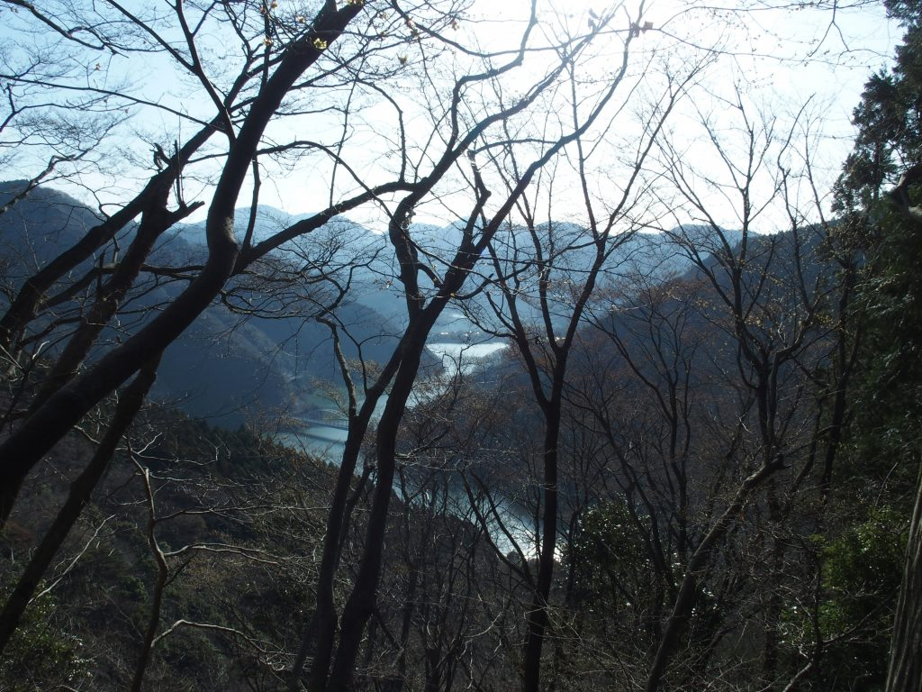 丹沢湖の湖面がどんどん遠ざかる