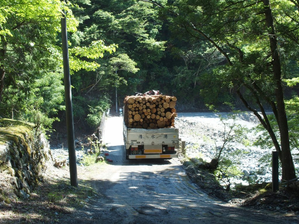 満載のトラックが芦沢橋を渡る