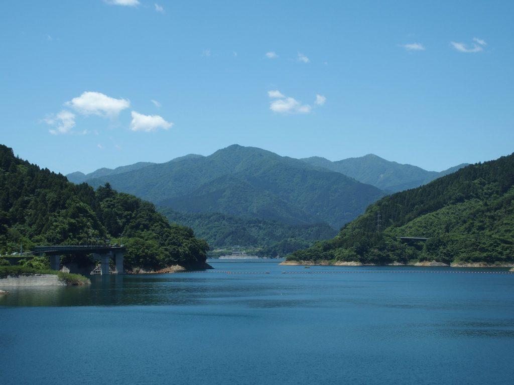 宮ヶ瀬ダムの堤体からは右奥に見える
