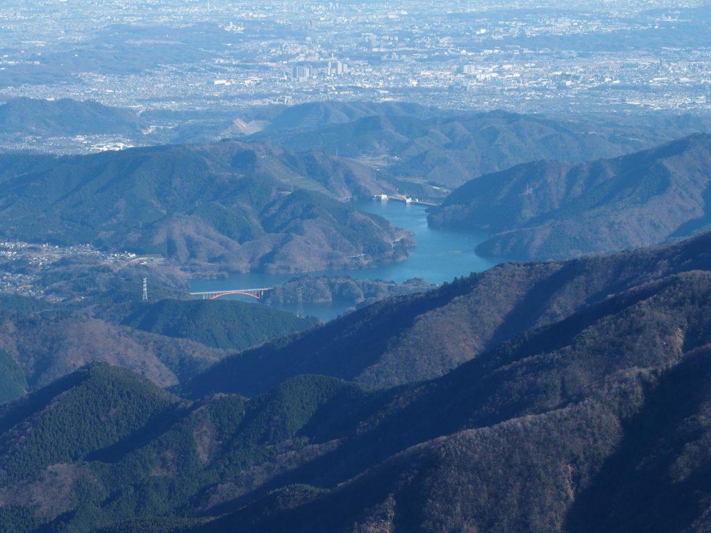 蛭ヶ岳山頂から俯瞰すると、宮ヶ瀬ダムや虹の大橋が目立つ