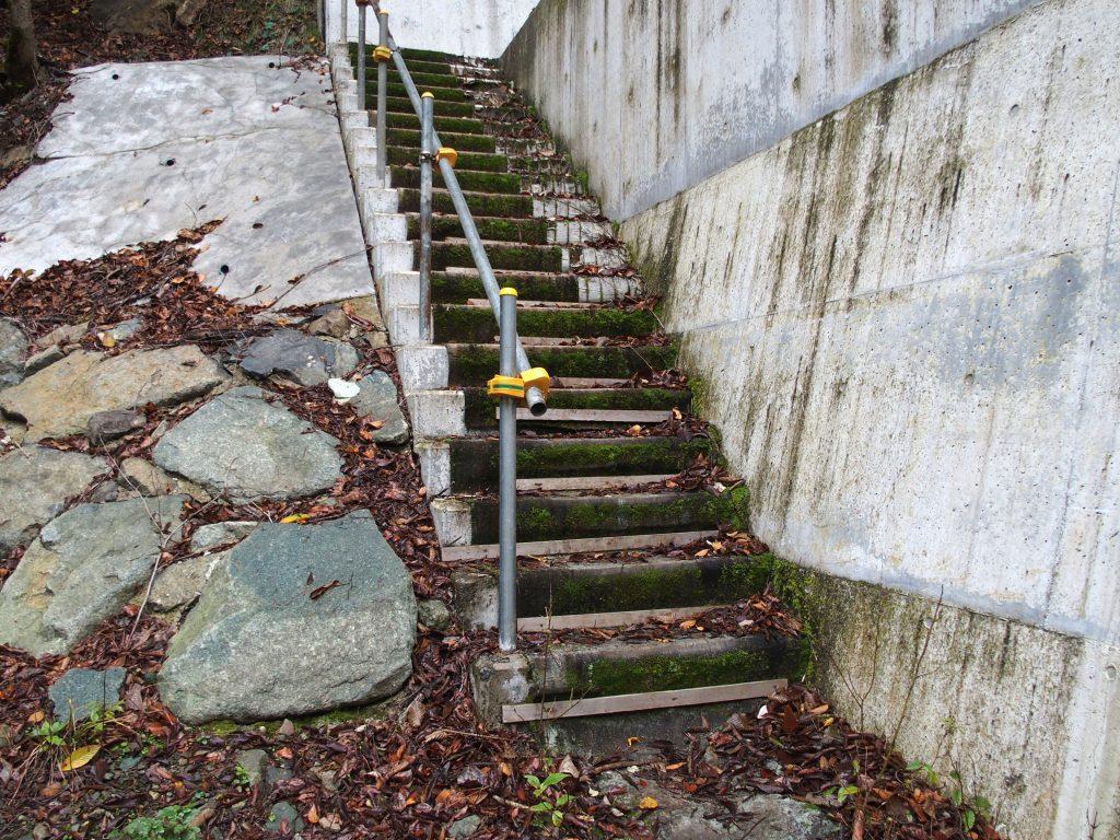 堰堤を越える階段