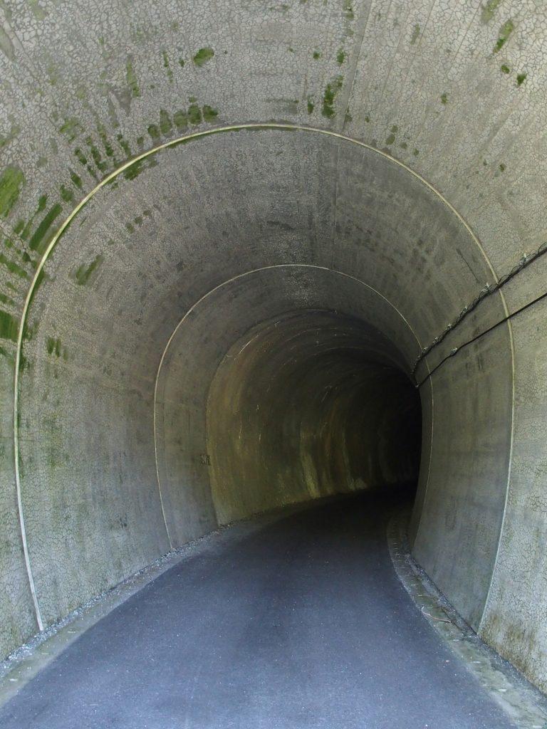 新靑崩隧道内部