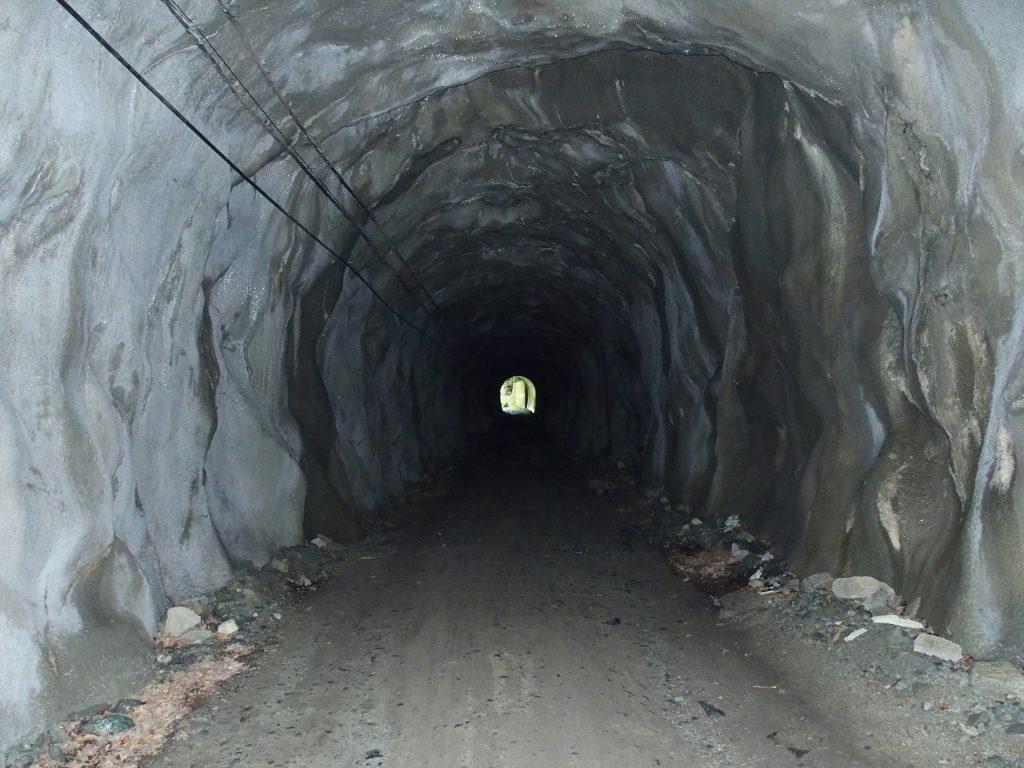 素掘りのトンネル