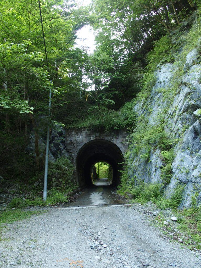 谷間のトンネル