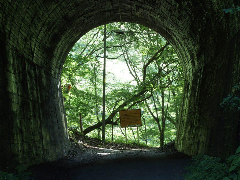 トンネルを抜けると緑