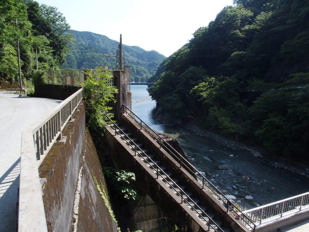 発電所から橋を見る