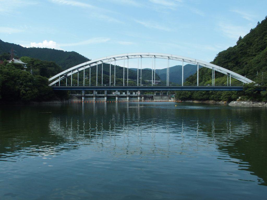 手前に相模湖大橋、そして相模ダム