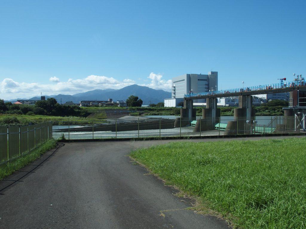 寒川取水堰の背景は大山丹沢
