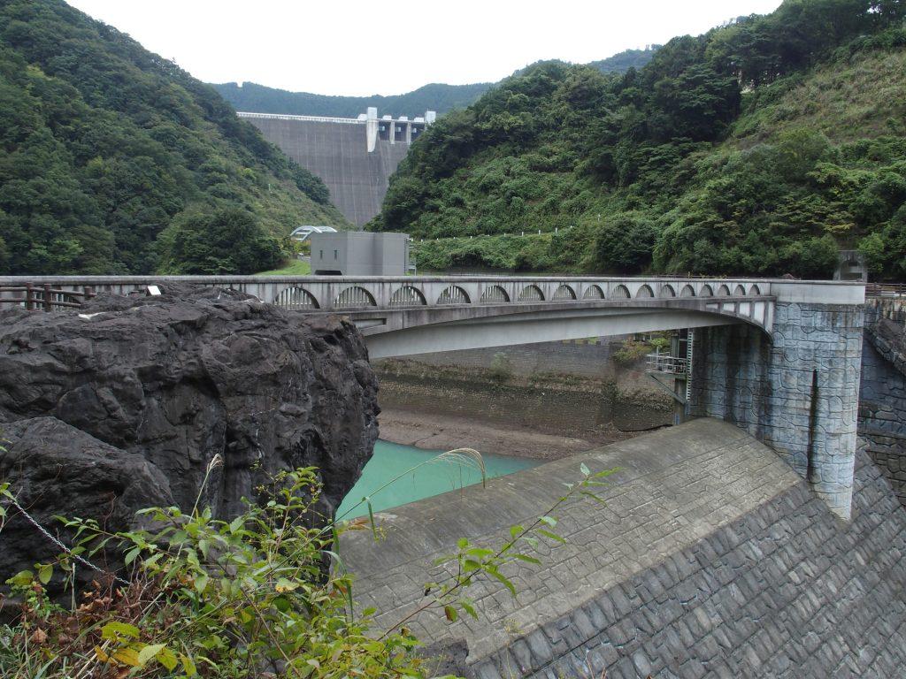 石小屋ダムの向こうに宮ヶ瀬ダムの堤体が見える