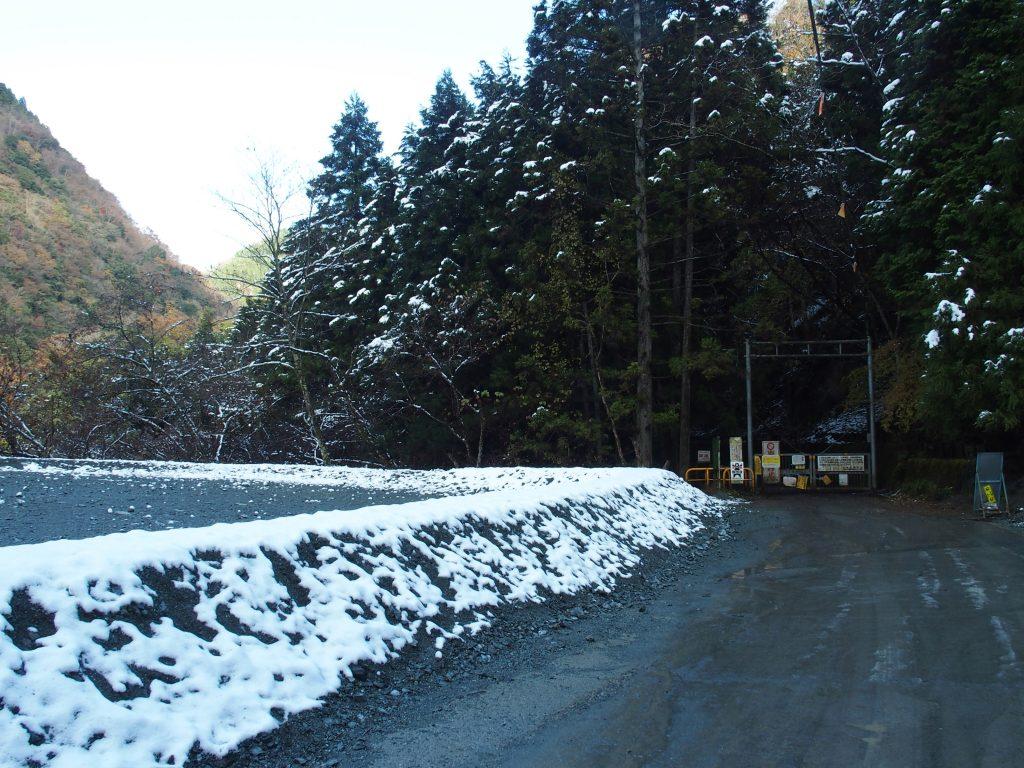 砕石が盛られた駐車スペース跡