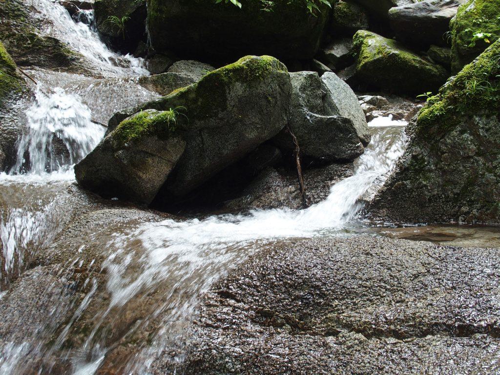 岩を乗り越え滝壺に近づく