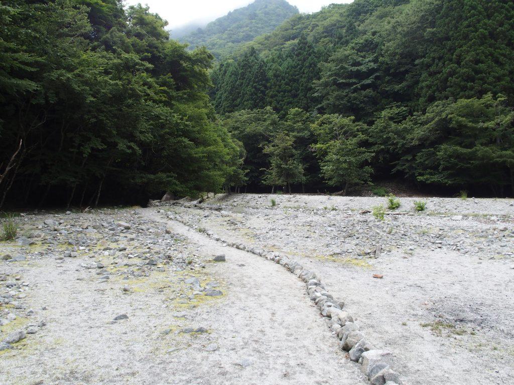 最初の堰堤を乗り越えて河原に出る
