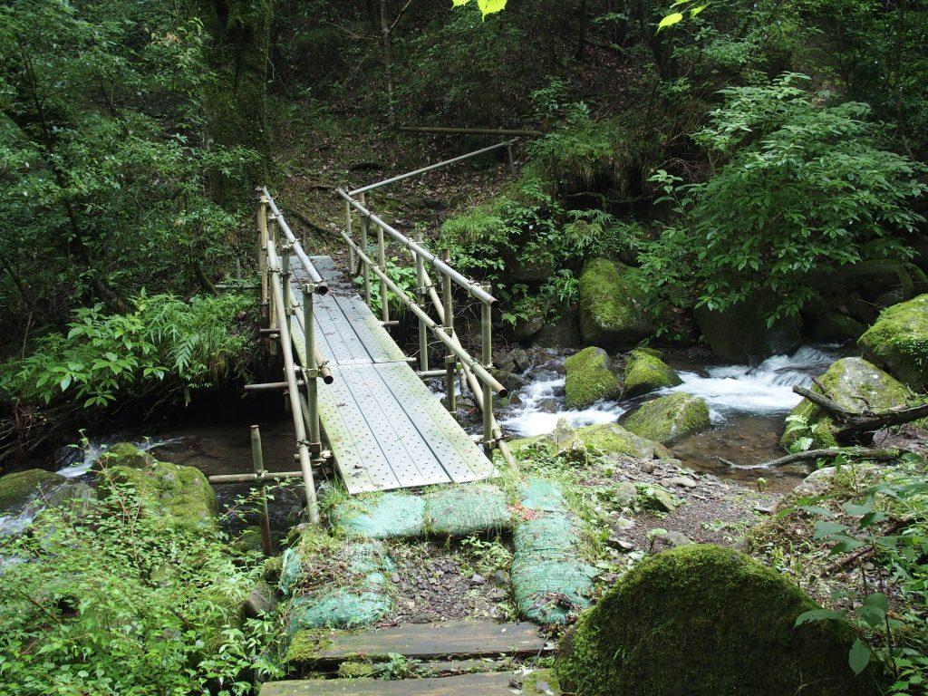 金属製の橋で渡る