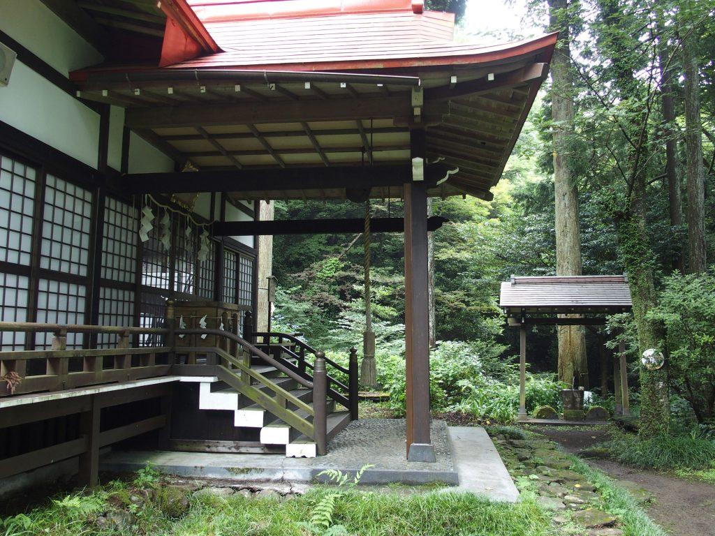 天照山神社の社殿、手水