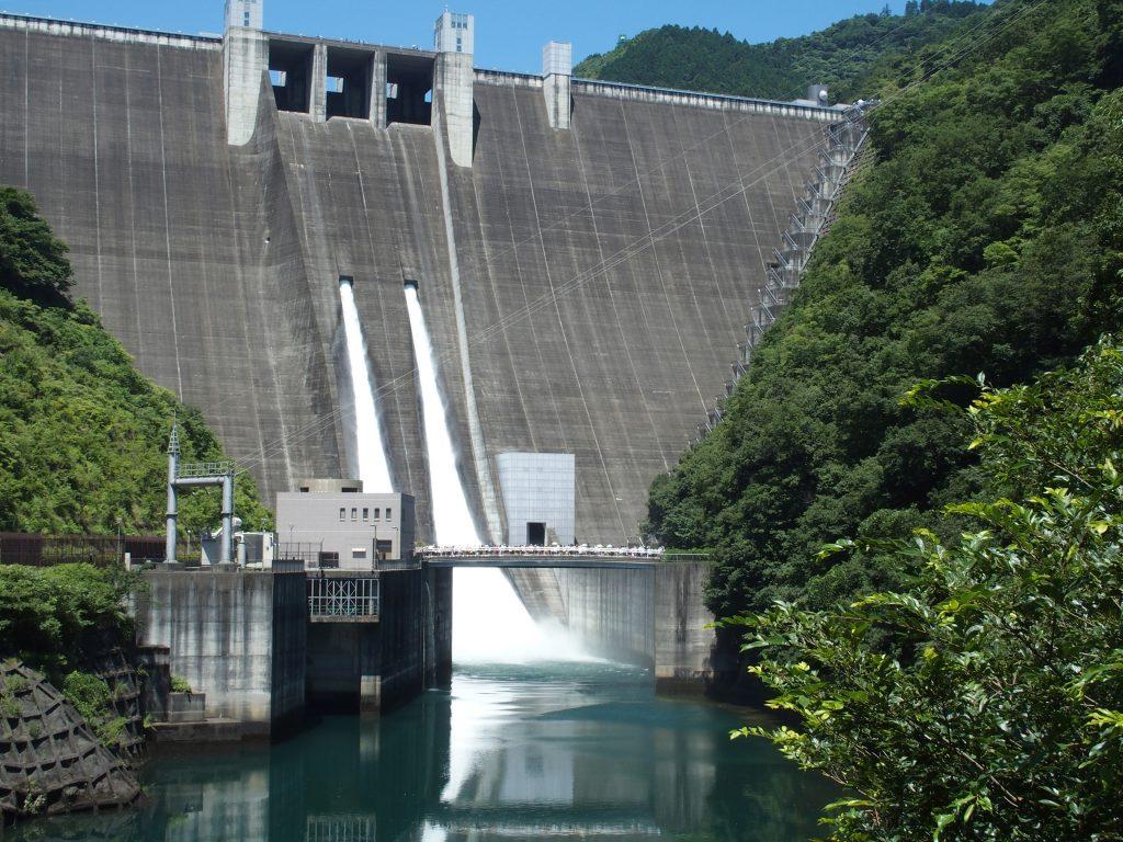 ダム堤体の真ん中あたりから放流される