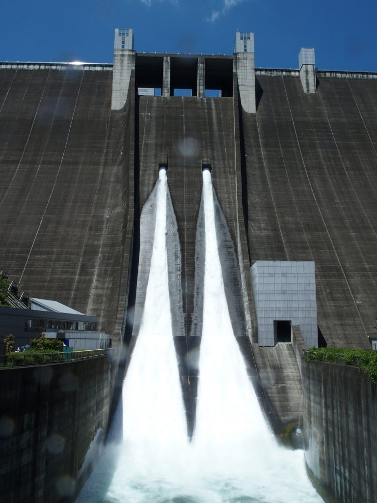 ダム堤体直下から見上げる