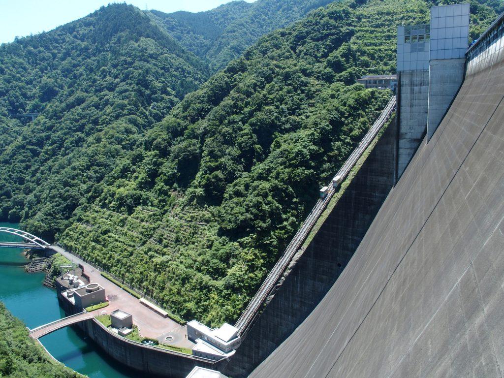 ダム堤体を目前にしながら下りる