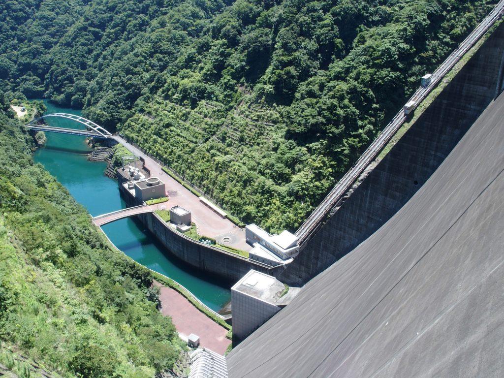 宮ヶ瀬ダム天端から発電所を見下ろす