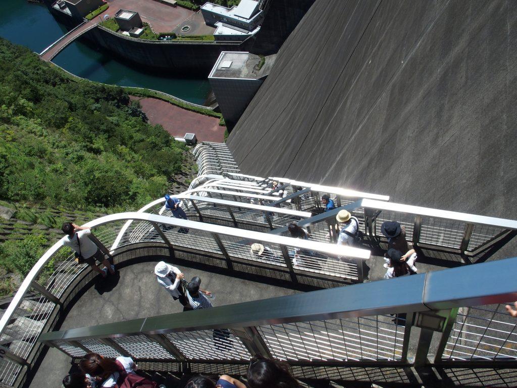 つづら折れの点検用階段