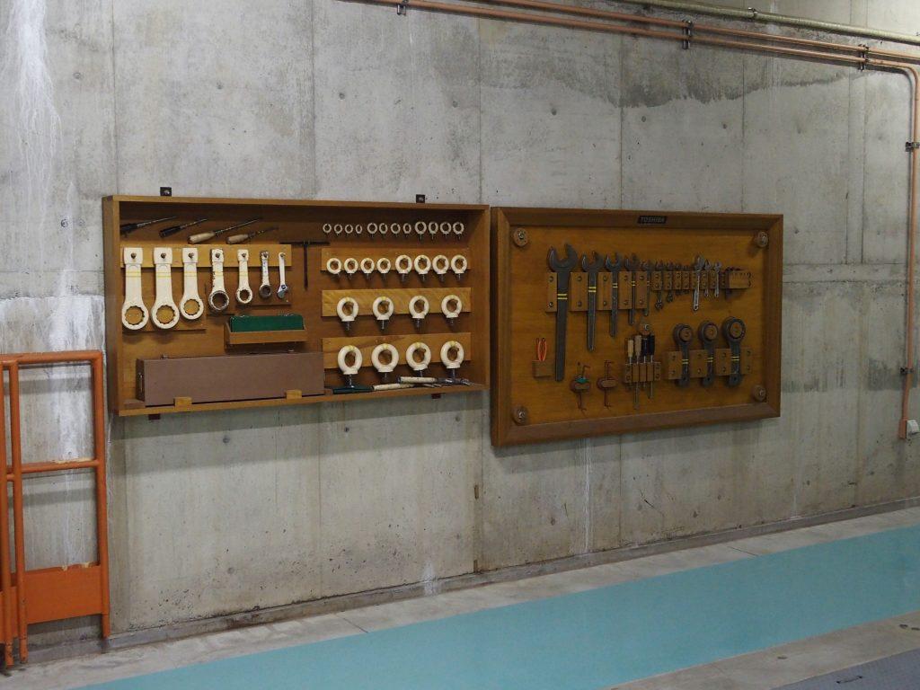 壁に掛けられた工具