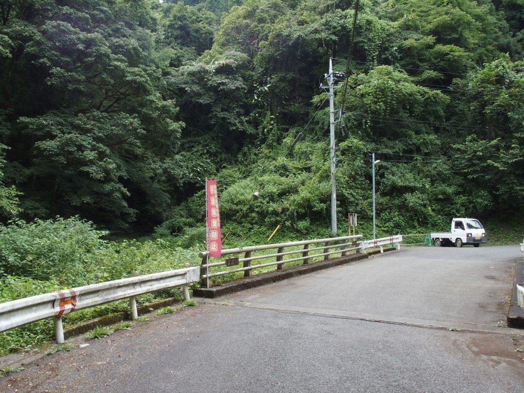 寒沢の滝近くの道路