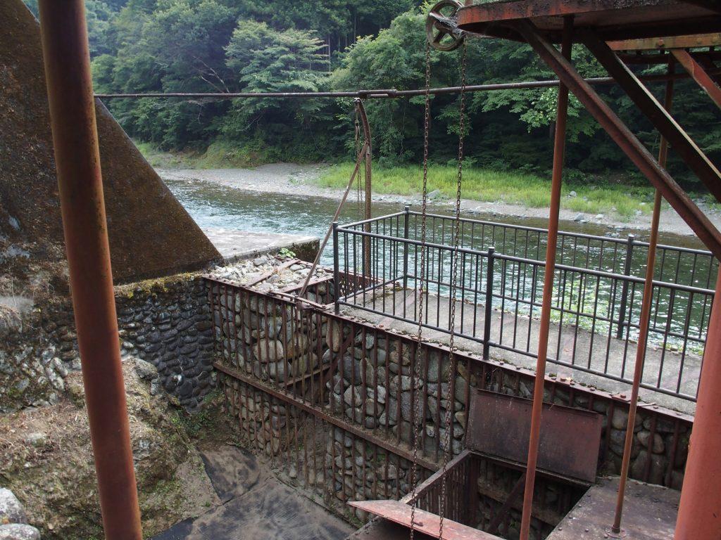 玉石で組まれた取水口