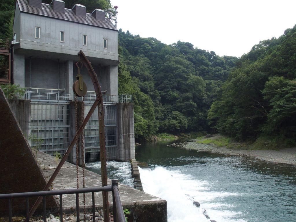 放水口は青山沈殿池の施設の背後に見える