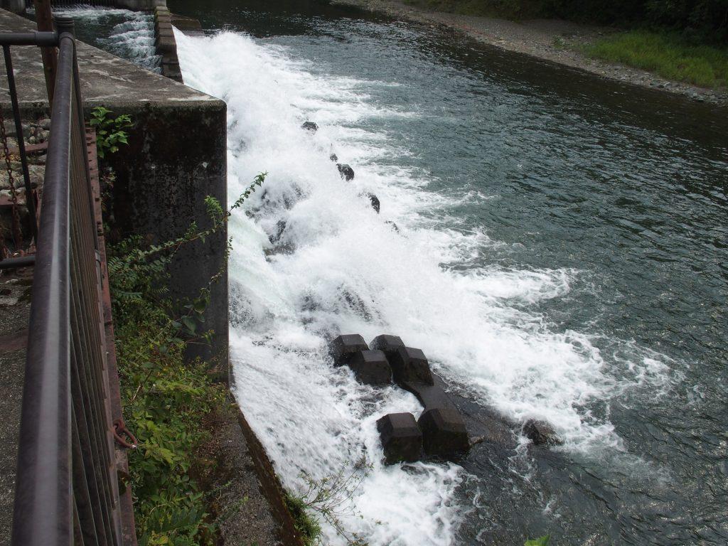 放水口からの水量は貯水状況次第