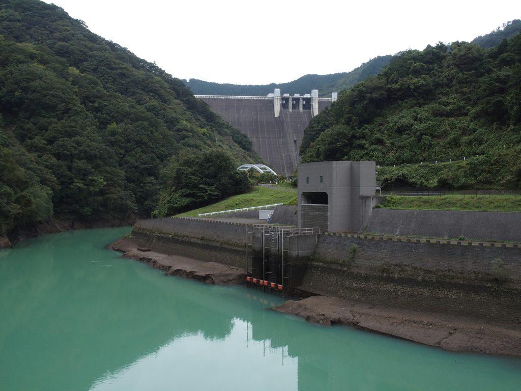 宮ヶ瀬ダム堤体の手前に取入口がある