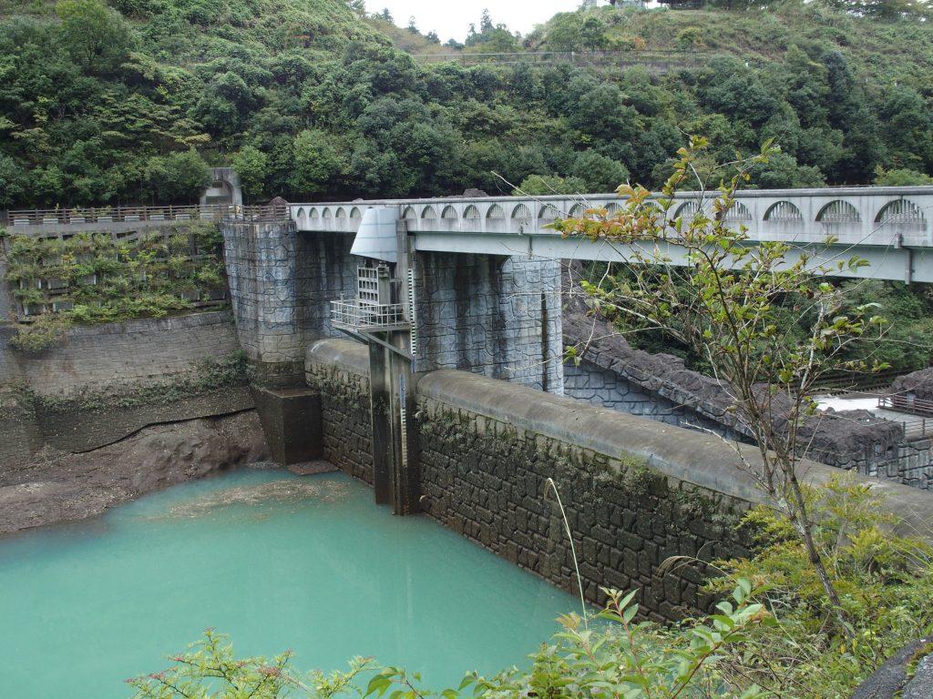 ダム上流側