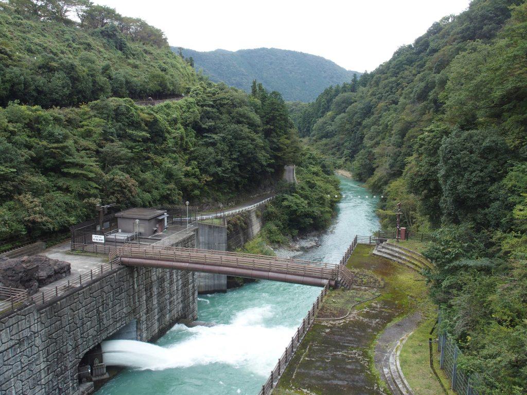 石小屋ダムから愛川第2発電所を見下ろす